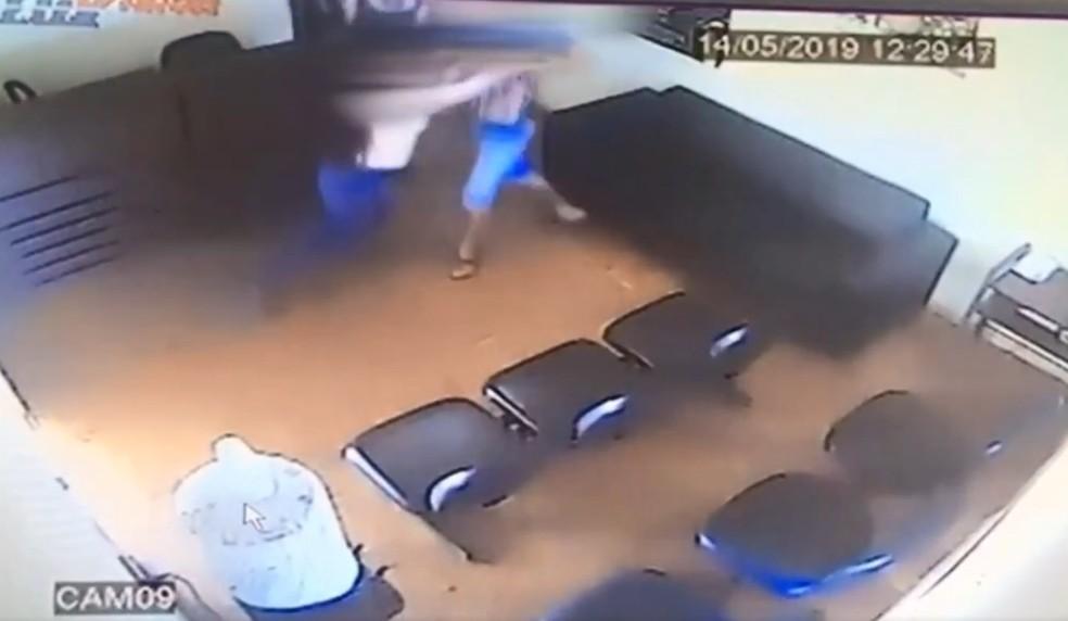 Policial consegue segurar homem que tentava deixar a delegacia em Andradina Foto Reproduo